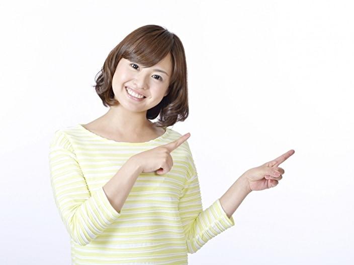指さしする女性