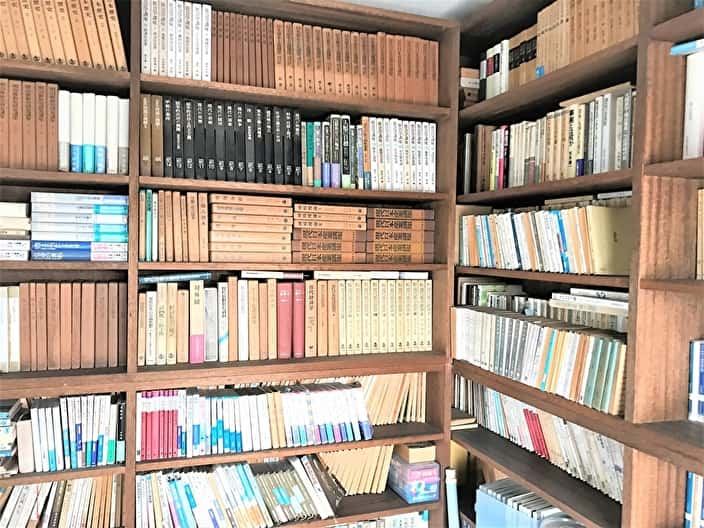 本棚にある大量の本