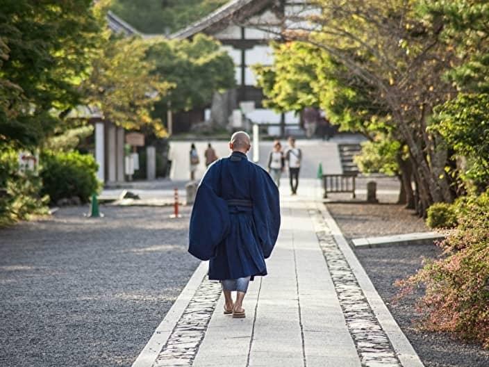 僧侶の後ろ姿