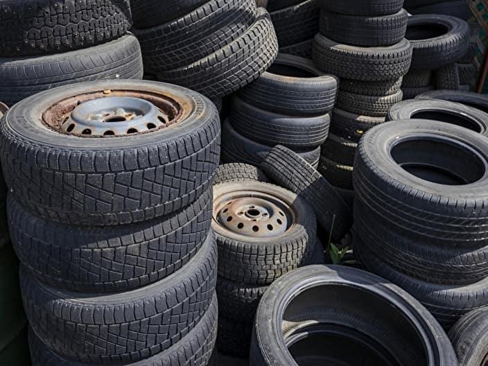 たくさんの廃タイヤ