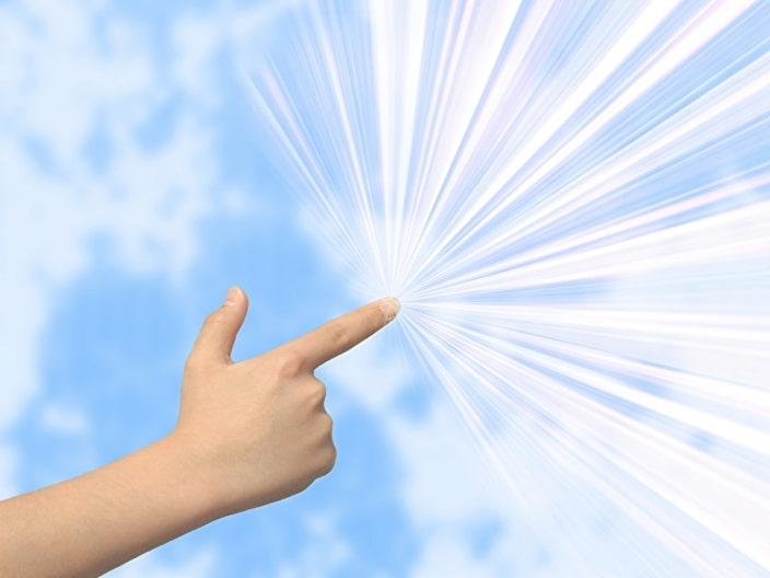空を指さす