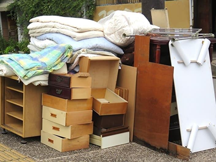 粗大ゴミ回収場所に置かれた家具や布団