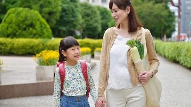 買い物姿のママと子ども
