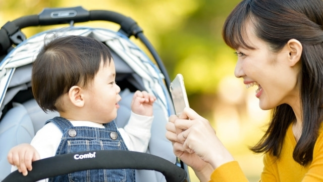 ママとベビーカーの赤ちゃん