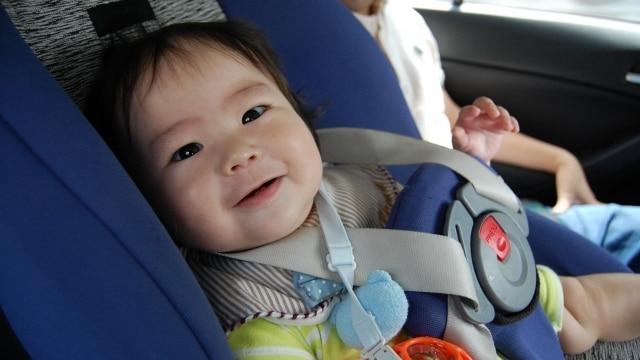 チャイルドシートに守られている赤ちゃん