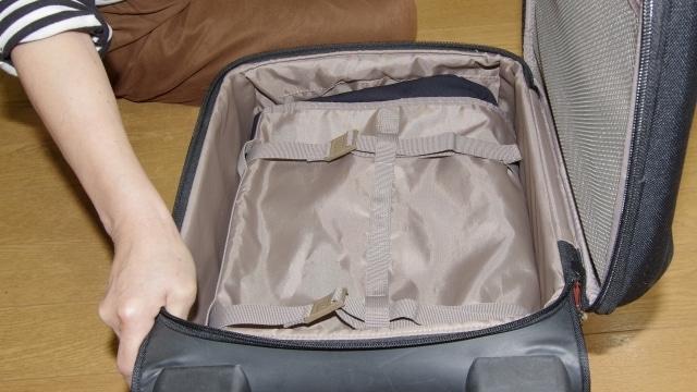 開いたスーツケース